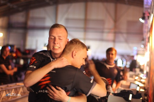 gla1ve and Nille from Western Wolves celebrating 16-2 win over NiP