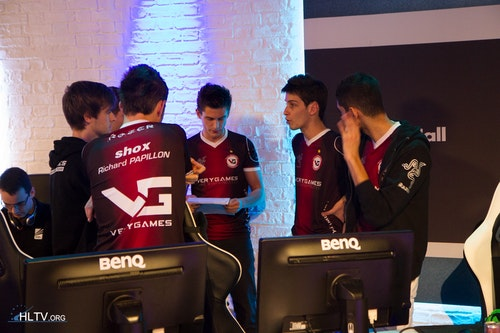 Ex6TenZ had a stack of papers which he consulted before each match