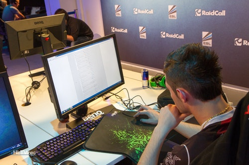 shoxie reading comments on HLTV.org