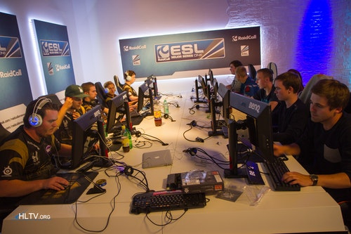 NiP and Western Wolves warming up
