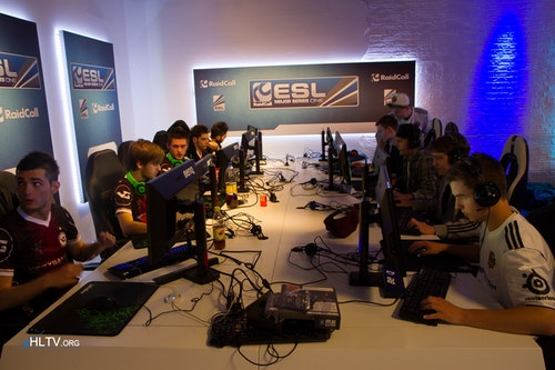 VeryGames and Copenhagen Wolves warming up on the backup PCs