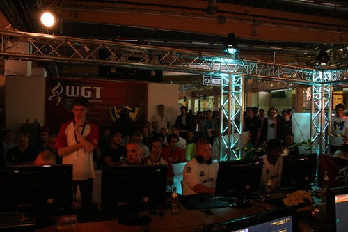 SK Gaming gathered a crowd while playing roccat.