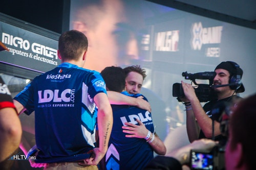 SmithZz and GeT_RiGhT share a hug after the grand final