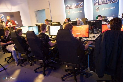 NiP and CPH Wolves warming up for their semi-final clash