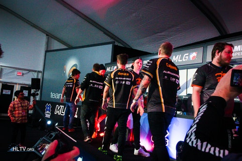 dignitas and fnatic shake hands